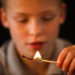 не доверяйте детям спички и зажигалки