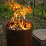 сжигание мусора в железной бочке